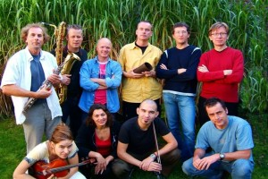 i Compani  speelt  in diverse bezettingen